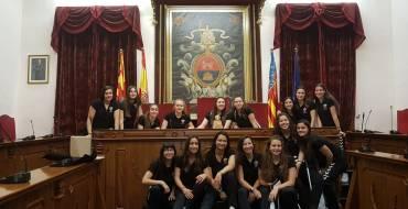 El Ayuntamiento recibe a las jóvenes Campeonas de España del Club de Balonmano Elche