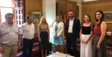 Carlos González recibe en el Ayuntamiento a la nueva Dama Viviente, Neus Almarcha
