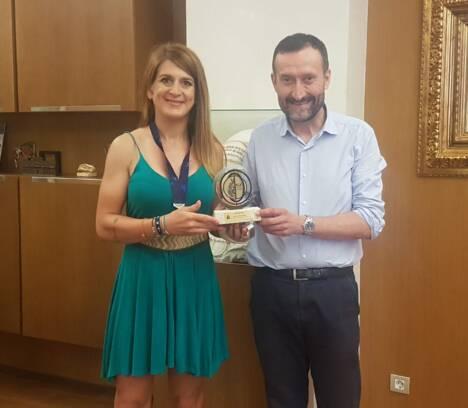 Carlos González recibe a Ariadna Ródenas, subcampeona de Europa de Ultramaratón en categoría Máster-30