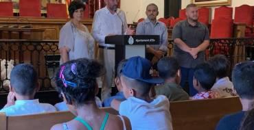 El alcalde da la bienvenida a los 32 niños y niñas saharauis que participan en el programa Vacaciones en Paz