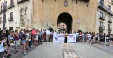 Concentración de apoyo en la plaça de Baix a la niña agredida por la manada de Manresa