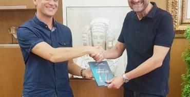 El médico ilicitano Roberto Hurtado presenta al alcalde su novela, que relata el drama de los refugiados en el Mediterráneo
