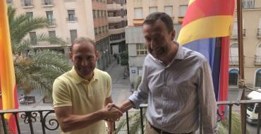 El alcalde y las concejalas de Fiestas y Movilidad presentan al futbolista del Elche C.F. como pregonero de las próximas Fiestas de Agosto