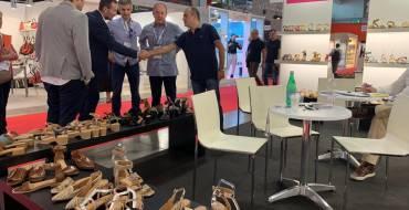El alcalde reafirma el compromiso del gobierno local con la industria zapatera en MICAM