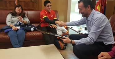 Carlos González recibe al nadador ilicitano Luis Paredes