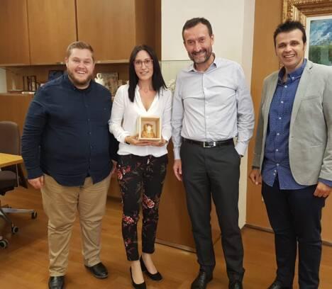 Carlos González recibe a la repostera Mayte Rodríguez, que competirá en el mundial de heladería artesana de Rímini