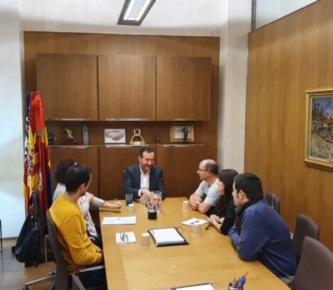 El alcalde recibe a una representación de trabajadores de Manufacturas Elig