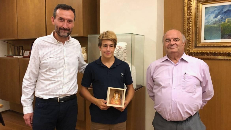 El alcalde recibe en el Ayuntamiento al campeón de España sub'14 de paddle surf de larga distancia y de velocidad