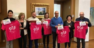 AMACMEC lliura a l'alcalde i a membres de l'Equip de Govern la samarreta i el dorsal de la XV carrera contra el càncer de mama