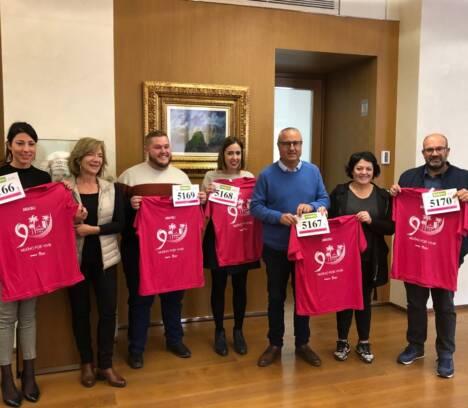 AMACMEC entrega al alcalde y a miembros del Equipo de Gobierno la camiseta y el dorsal de la XV carrera contra el cáncer de mama