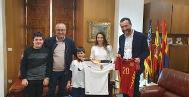 El alcalde recibe a la futbolista del Valencia CF Asun Martínez