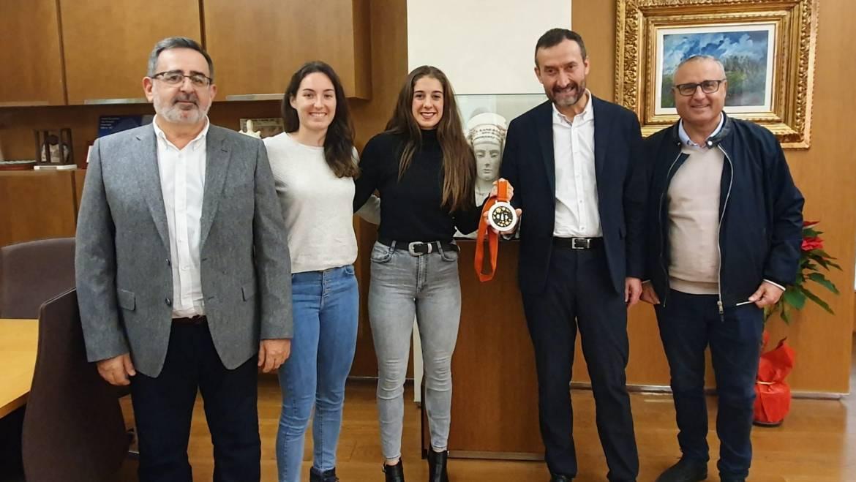 El alcalde recibe a las jugadoras del Elche Mustang Jennifer Gutiérrez y Ana Martínez