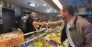 El alcalde visita el mercado San José de El Pla para desearle a los comerciantes una buena campaña navideña