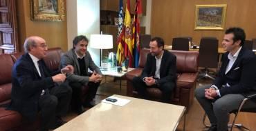 El alcalde recibe al secretario autonómico de Turismo y al presidente de HOSBEC