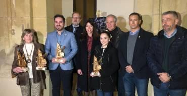 La concejala de Fiestas entrega el premio a la obra ganadora del cartel anunciador de los Moros y Cristianos