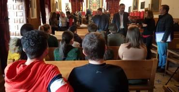El alcalde recibe a los alumnos del IES Sixto Marco que han asistido a la Sesión Plenaria