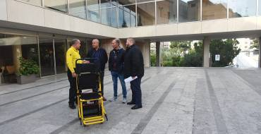El Ayuntamiento colabora con DYA y la Media de Elche para ayudar a personas con movilidad reducida