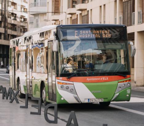 El transporte público de Elche se adapta a la regulación marcada por el estado de alarma y se cancela la zona ORA