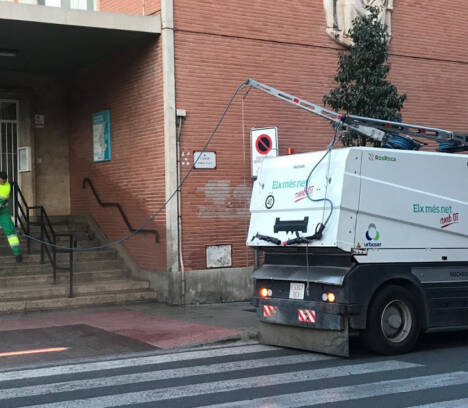 El Ayuntamiento y Urbaser establecen un dispositivo para priorizar la limpieza y desinfección del entorno de los centros sanitarios, farmacias, mercados de abastos y supermercados