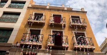 """Elx celebra el dia de les Al·leluies des dels balcons i finestres de nombrosos edificis al so """"d'Aromas Ilicitanos"""""""