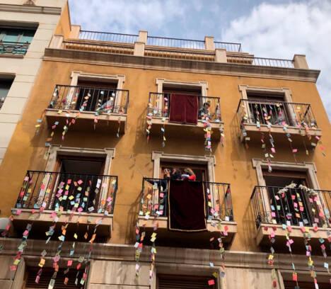 """Elche celebra el día de las Aleluyas desde los balcones y ventanas de numerosos edificios al son de """"Aromas Ilicitanos"""""""