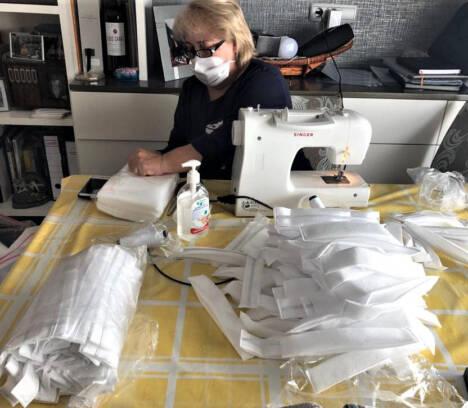 El Ayuntamiento de Elche coordina a cientos de aparadoras y costureras para fabricar miles de batas sanitarias y más de 70.000 mascarillas
