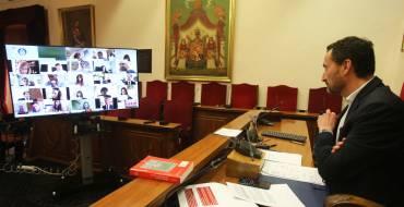 El alcalde agradece la labor de quienes intervienen durante la pandemia en el primer Pleno telemático de la historia local