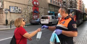 Comença el repartiment de màscares per a les persones que utilitzen el transport públic