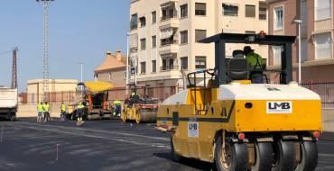 El asfaltado de un solar de 5.000 metros en las instalaciones deportivas de Torrellano allana el camino para construir el nuevo colegio La Paz