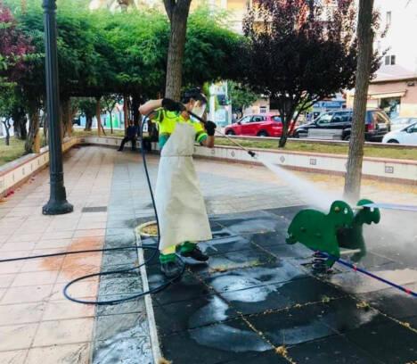 El Ayuntamiento inicia la apertura de juegos infantiles tras su desinfección