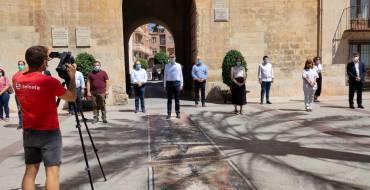 Representantes de la Corporación Municipal cierran el luto oficial con un minuto de silencio en la Plaza de Baix