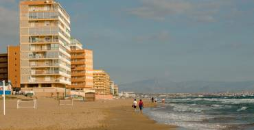 La Generalitat abre el plazo para aspirar a las mil plazas de operadores para controlar la seguridad en las playas ante el COVID-19