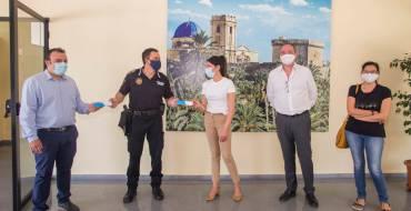 Sanidad entrega dos termómetros de infrarrojos a la Policía Local