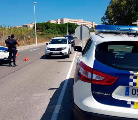 La Policía Local interviene pulseras y colgantes a una mujer y detiene a un hombre reclamado por la Justicia