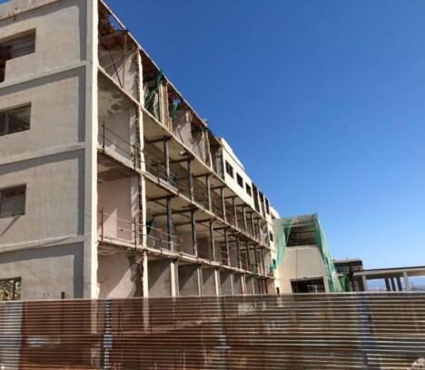El alcalde exige a la empresa del Hotel de Arenales su derribo inmediato para evitar riesgos a las personas