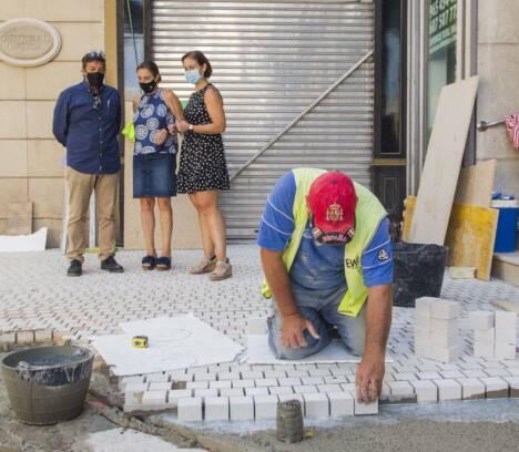 Comienza la colocación del gran mosaico de la Plaça de Baix