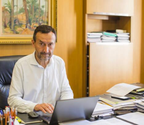 El alcalde felicita a Pacheta con motivo del homenaje que le rinden en su pueblo natal de Burgos