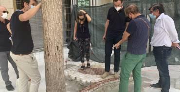 Las pruebas confirman que los nuevos adoquines de la Plaça de Baix cumplen con las normas para evitar resbalones