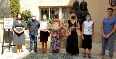 El concejal de Comercio, Felip Sánchez, y concejala de Fiestas, Mariola Galiana, entregan los premios del II Concurso de Escaparatismo de la Asociación Festera de Moros y Cristianos