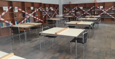 La sala de lectura de la Biblioteca Pere Ibarra instal·la mampares protectores per a duplicar els punts d'estudi