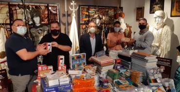 El Ayuntamiento y la Asociación Festera de Moros y Cristianos hacen entrega del material escolar de la campaña «De la Fiesta al Cole»