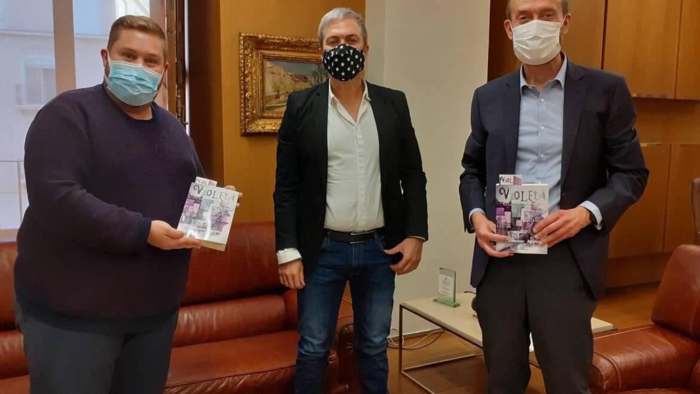 "Francesc Agulló entrega al alcalde de Elche el primer ejemplar de su libro ""Violeta: el monstruo al final del pasillo"""