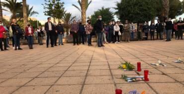 Más de 200 personas participan en la concentración de repulsa por el asesinato de una mujer en la pedanía de La Hoya