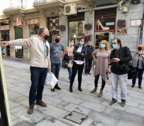 La concejala de Urbanismo, Ana Arabid, acude a la colocación del cartel informativo en la Calle Victoria sobre la historia de 'Las cuatro esquinas'