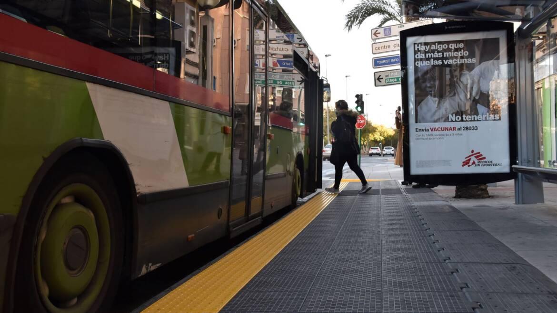 Mobilitat conclou les obres d'accessibilitat a 23 parades d'autobusos d'Elx per garantir un millor servei als usuaris