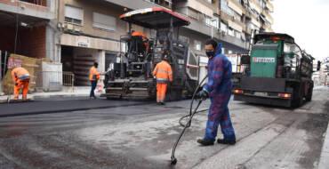 El Ayuntamiento retoma su plan de mejora de asfalto en la calle Antonio Machado y continuará en diferentes tramos en mal estado de El Pla