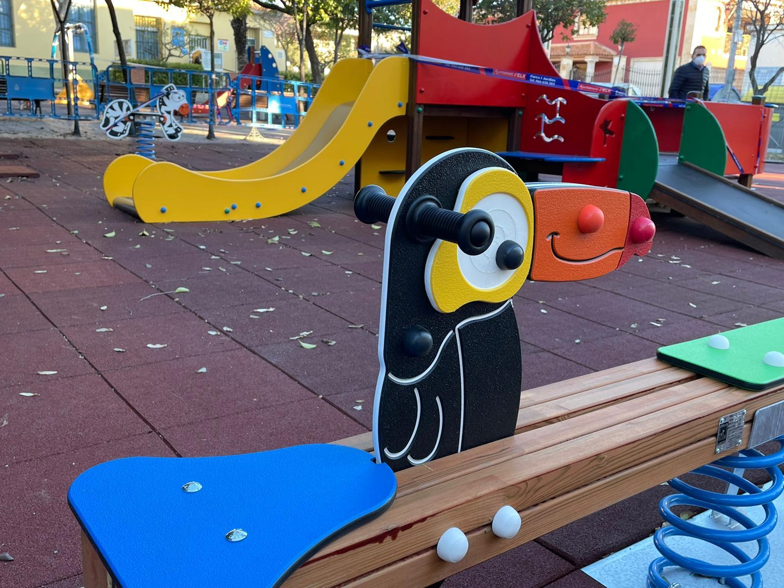 El Ayuntamiento sigue con su plan de modernización de los juegos infantiles actuando en la plaza Maestro Cutillas de Torrellano