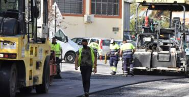 El Ayuntamiento de Elche continúa con su plan de mejora de asfaltado en las pedanías de Atzavares y El Derramador