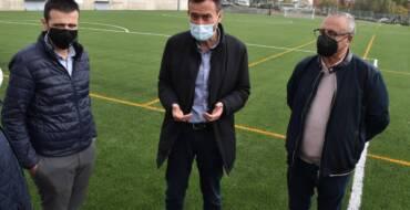 El Ayuntamiento finaliza las obras de sustitución del césped artificial en el campo de fútbol del Polideportivo de Carrús
