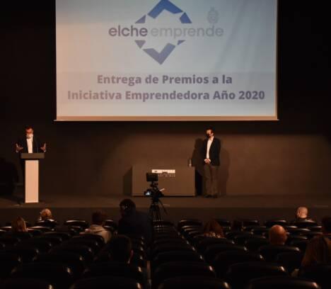 El Ayuntamiento de Elche entrega los 12 premios correspondientes a la iniciativa emprendedora de 2020